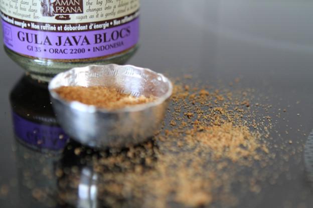 Seinen Kokosblütenzucker nennt der niederländische Hersteller Amanaprana Gula Java. Er ist nicht gerade preiswert - dafür gibt es auf der Website vieles über die Herstellung zu sehen und zu lesen.