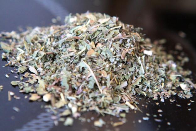 Wermutkraut, Verbeneblätter, Angelikawurzel: bitterer Tee für Frühjahrskur