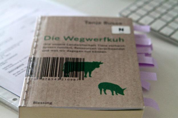 Buchbesprechung Tanja Busse »Die Wegwerfkuh«, Blessing Verlag, 2015