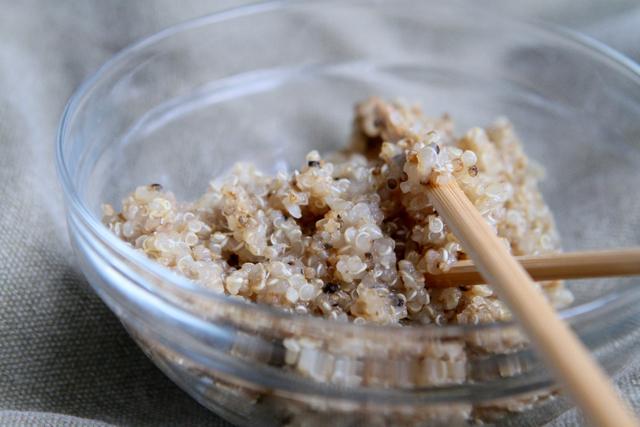 Quinoa isst man wie Reis als Sättigungsbeilage und es schmeckt nussig lecker im Salat oder Wrap